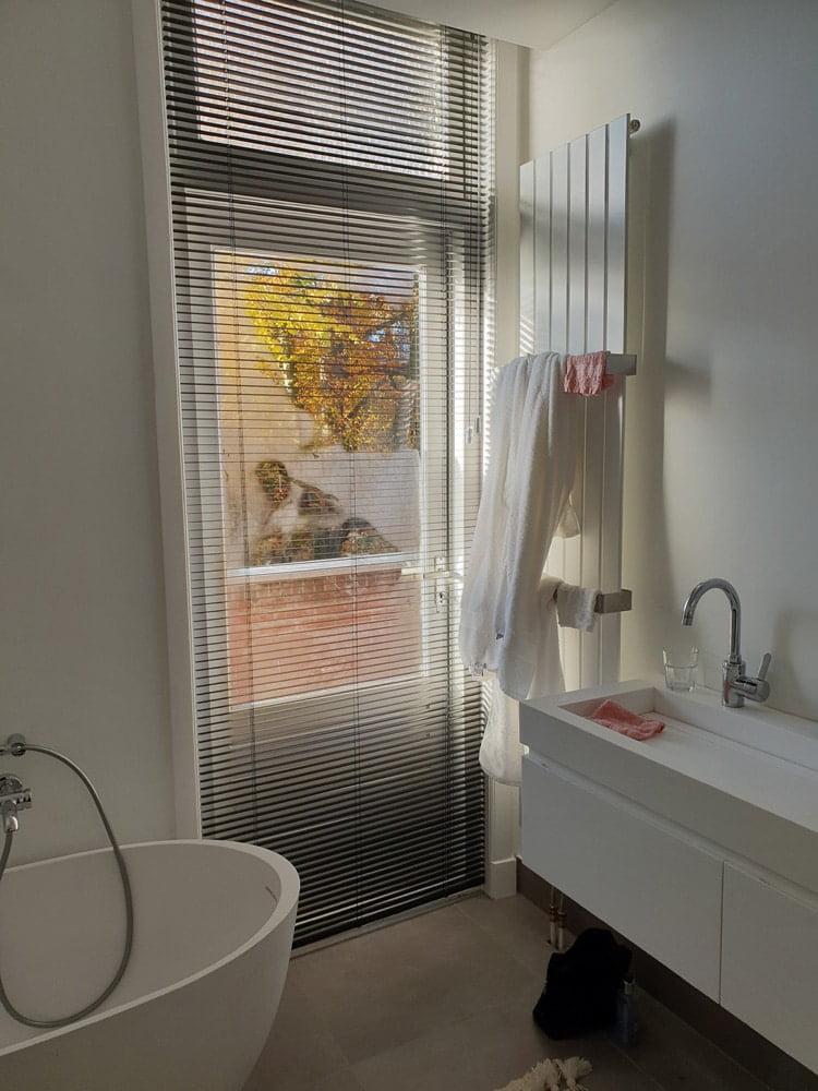 Zwarte Aluminium jaloezie badkamer