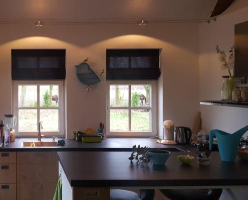 Donkergrijze vouwgordijnen keuken