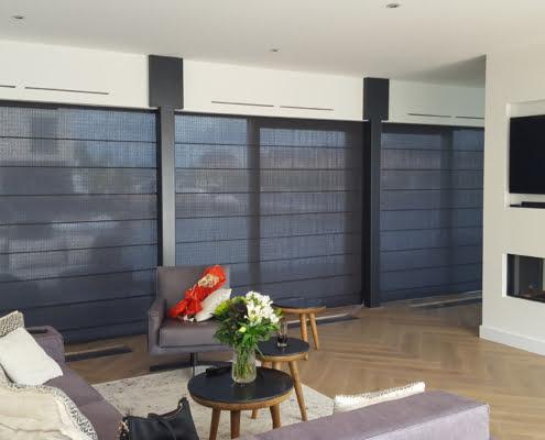 Donkergrijze vouwgordijnen woonkamer